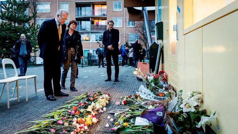 Waarnemend burgemeester Van Aartsen bezocht het buurthuis waar de schietpartij plaatsvond. Beeld anp