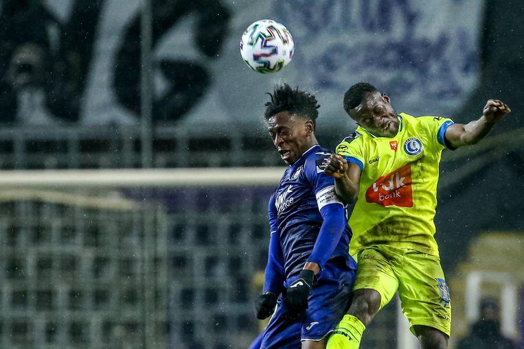 Albert Sambi Lokonga in duel met Osman Bukari van AA Gent. Beeld Photo News