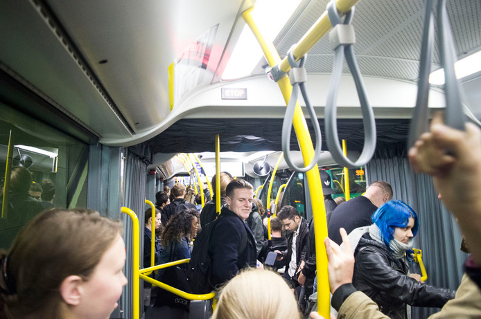 Topdrukte in bus 12 tussen Utrecht Centraal en de Heidelberglaan. In de spits om half negen moeten massa's studenten naar de Uithof voor de eerste college's van de dag.