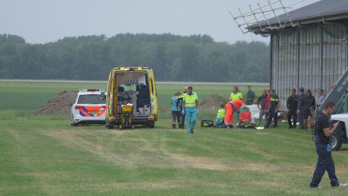 Hulpdiensten bij de Vleetweg in Biddinghuizen waar een man van het dak is gevallen van een bedrijfshal bij werkzaamheden.