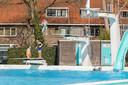 Het openluchtbad in Zwolle ging twee weken geleden voor het eerst dit jaar open, maar moest de afgelopen twee dagen de deuren sluiten door een storing in de verwarmingsinstallatie.