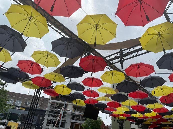 De paraplu's kleuren het Stadsplein
