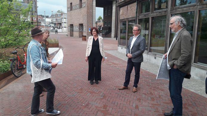 Een aantal verontruste Hengeloërs overhandigden  presidium-voorzitter Marie-José Luttikholt (midden) en wethouder Gerard Gerrits (rechts naast haar) woensdagavond de petitie tegen de verkoop van de oude bieb aan de Vondelstraat.