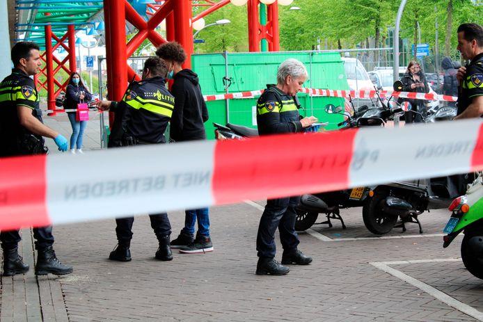 Na het steekincident bij het station van Lelystad zette de politie de plaats delict af. Een 19-jarige jongeman is gewond naar het ziekenhuis vervoerd.