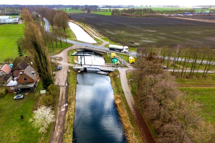 De gewenste snelfietsroute langs het kanaal kent een knelpunt tussen Heeten en Raalte. Daarbij moet zowel de weg als het kanaal worden overgestoken.