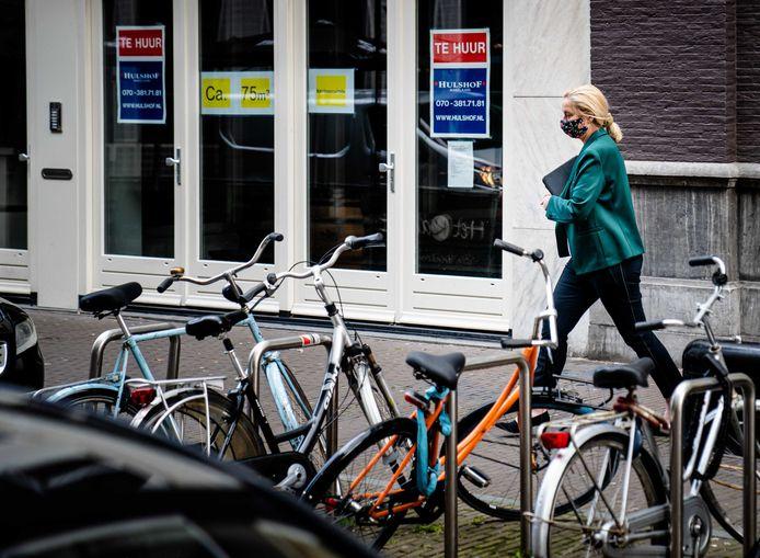 D66-leider Sigrid Kaag vertrekt woensdag bij het partijbureau na overleg over het mogelijk ongewenst en grensoverschrijdend gedrag van het nieuwe Kamerlid Sidney Smeets.