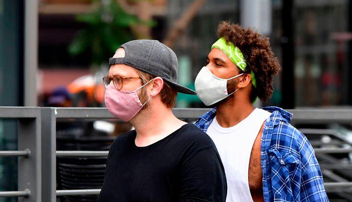 Jongemannen met mondkapjes in Los Angeles.