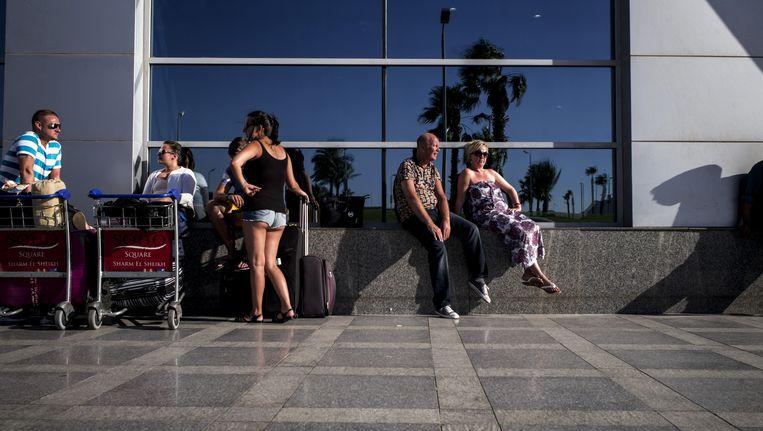 Gestrande toeristen vandaag aan de luchthaven van Sharm-el-Sheikh.