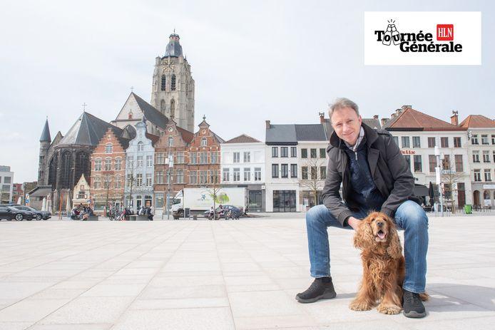 """Frederic De Vos met zijn trouwe viervoeter Loetie op de Markt in Oudenaarde. """"Ik kijk ernaar uit om hier op het zomerse terras te komen zitten."""""""