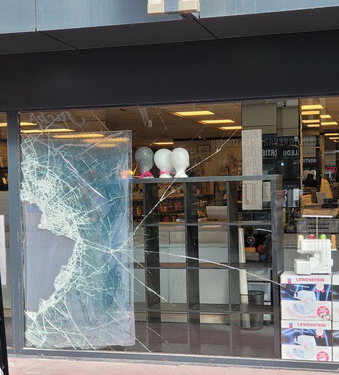 Via een ruit kwamen de inbrekers bij  't Pandje Naaimachines in Lelystad naar binnen.