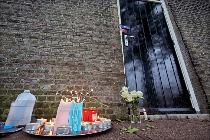 Kaarsjes bij het huisje in Hooge Zwaluwe na de moord.