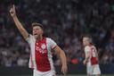 Klaas-Jan Huntelaar juicht na de 5-0 tegen FC Emmen.