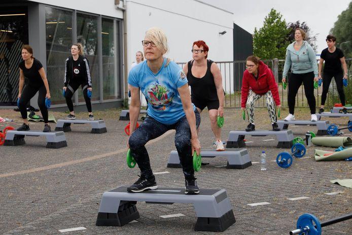Buiten trainen bij sportschool Anytime in Millingen, in mei 2020, toen er nog meer mogelijk was dan nu. Momenteel mogen maximaal vier volwassenen samen buiten sporten. Archieffoto