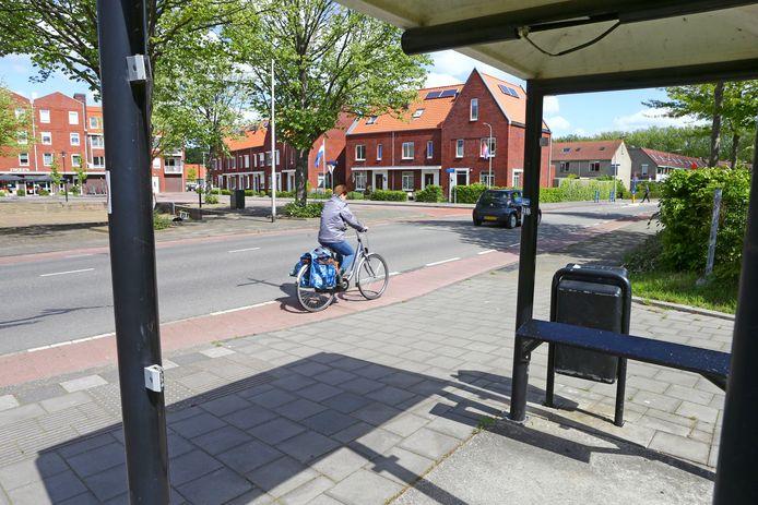 Een bushokje waar alle ruiten uit zijn aan het Burgemeester Meesplein in Leerdam. Ook de bedrading hangt eruit.