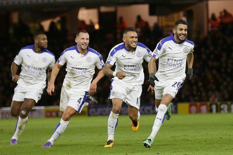 Riyad Mahrez (rechts) viert zijn doelpunt met ploeggenoten. Beeld AP