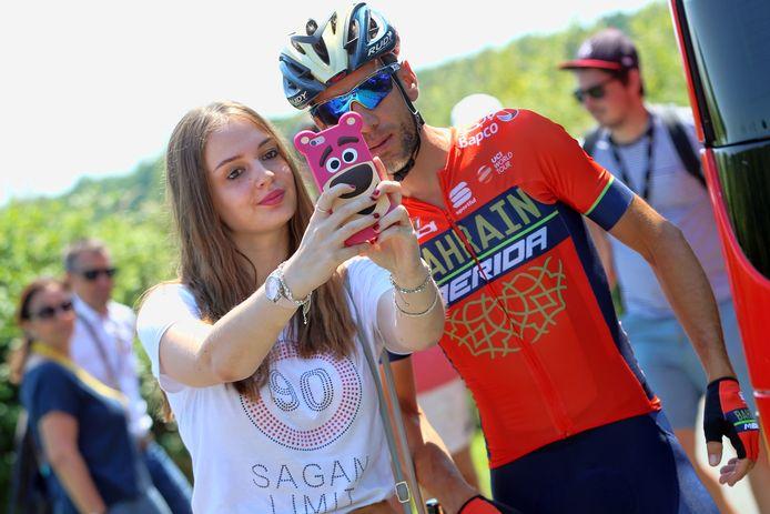 Vincenzo Nibali met een fan in de Tour van afgelopen zomer.