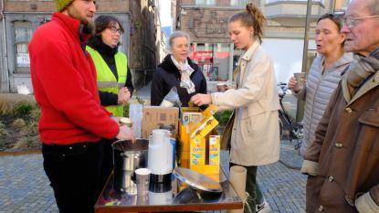 Gratis warme (en nadien koude) chocomelk voor fietsers aan Korenmarkt