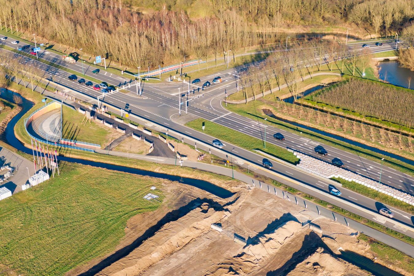 Op de Laagravenseweg in Nieuwegein is de aanleg begonnen van een nieuwe toegangsweg naar industrieterrein Laagraven. Discussiepunt is echter nog de rol van de fietser in het verkeer.