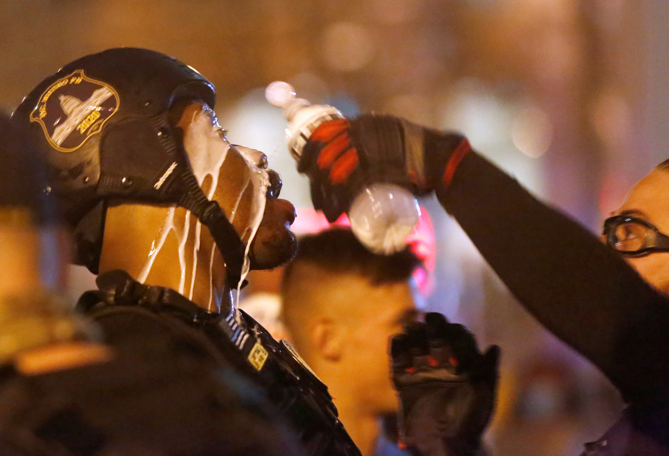 Un membre du groupe d'extrême droite Proud Boys est aidé après avoir été aspergé de poivre lors d'une marche de protestation contre les résultats de l'élection, à Washington, aux États-Unis, ce 12 décembre 2020.