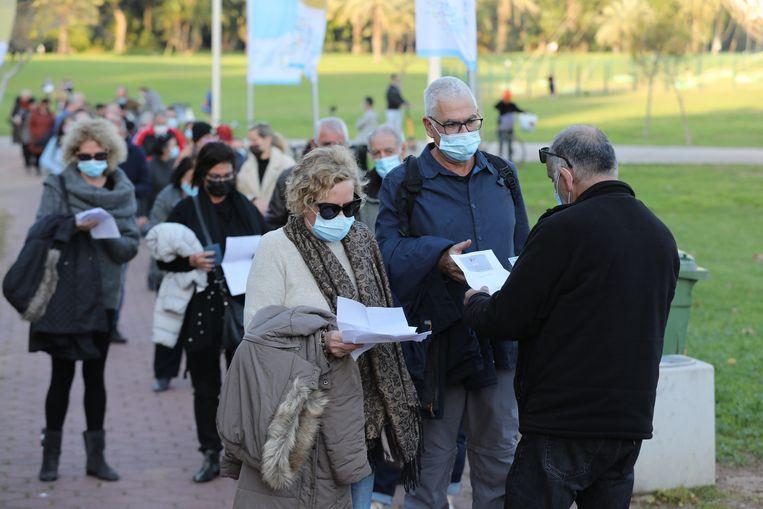 Bezoekers van een concert in Tel Aviv laten hun vaccinatiebewijzen zien. De EU wil een soortgelijk systeem voor haar lidstaten. Beeld EPA