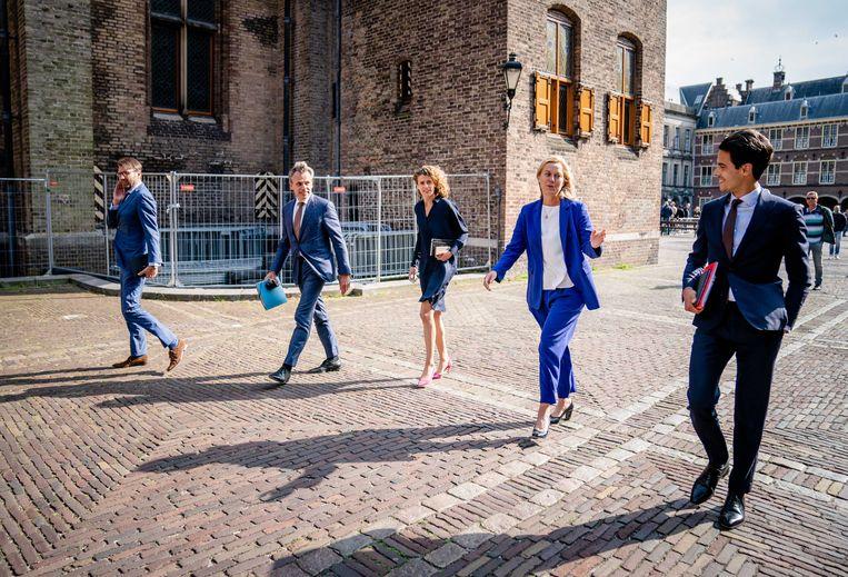 Steven van Weyenberg (D66), Mark Harbers (VVD), Sophie Hermans (VVD), Sigrid Kaag (D66) en Rob Jetten (D66) na afloop van een van de gesprekken met informateur Mariette Hamer.  Beeld ANP