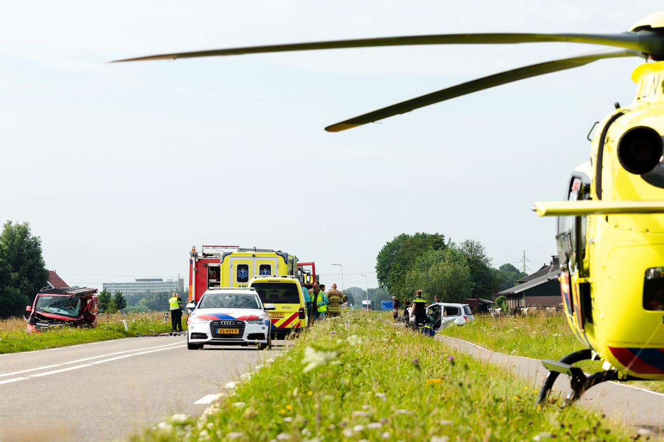 Een busje en een personenauto kwamen frontaal met elkaar in botsing.