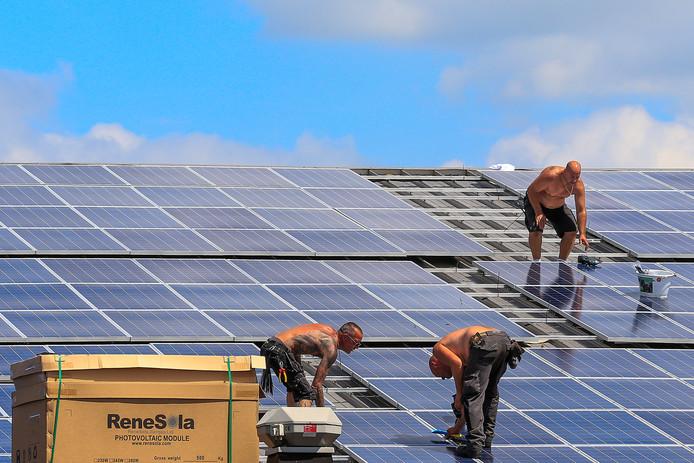 Verreweg het meeste geld uit het potje wordt gebruikt voor zonnepanelen, zoals hier op sporthal De Rusheuvel.