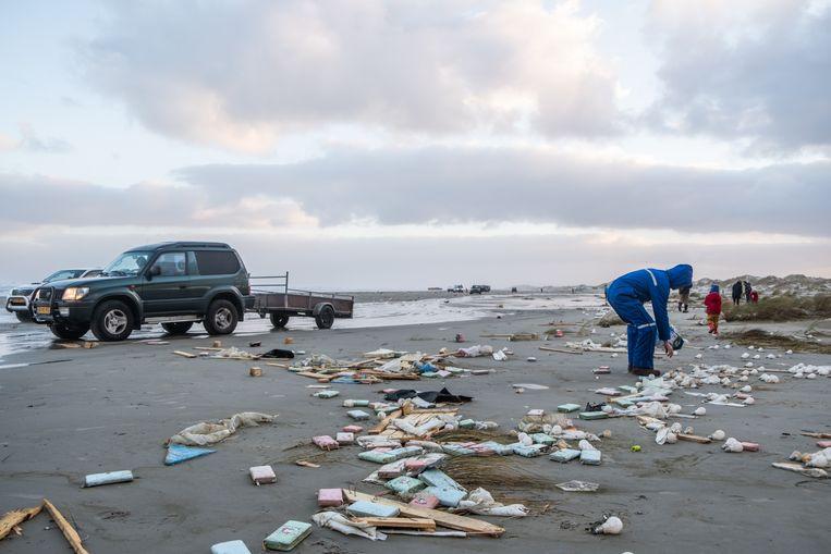 Veel inwoners van Terschelling zijn het strand opgegaan om te kijken wat er allemaal ligt, sommige dingen werden meegenomen.
