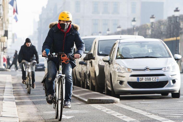 Fietser in Parijs neemt zijn voorzorgen Beeld Photo News