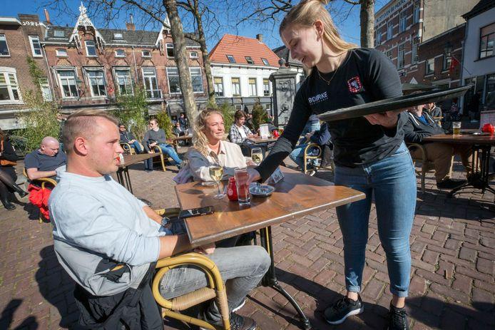 Het terras van Boerke Verschuren op de Ginnekenmarkt in Breda dinsdag.