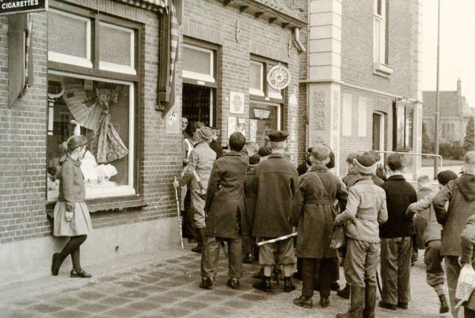 Jongens van de Aloysiusschool halen paaseieren op in Haaren. Meisjes mogen niet meedoen.