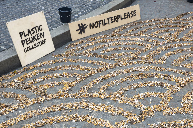 Opgeruimde peuken uitgestald, tijdens de actie Plastic PeukMeuk. Beeld Plastic Peuken Collectief