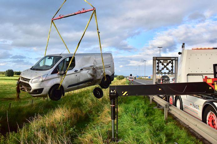 De bestelwagen van de Kortrijkzaan was vrij ernstig beschadigd, na het ongeval op de E17 in Waregem.