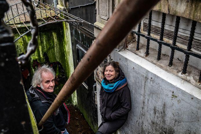 De Elegast is al lang gesloten. Het was de plek waar Martin Knaapen en Harriet Ooijman elkaar vonden. Dus gaan ze terug naar waar ooit de ingang was van het roemruchte café.