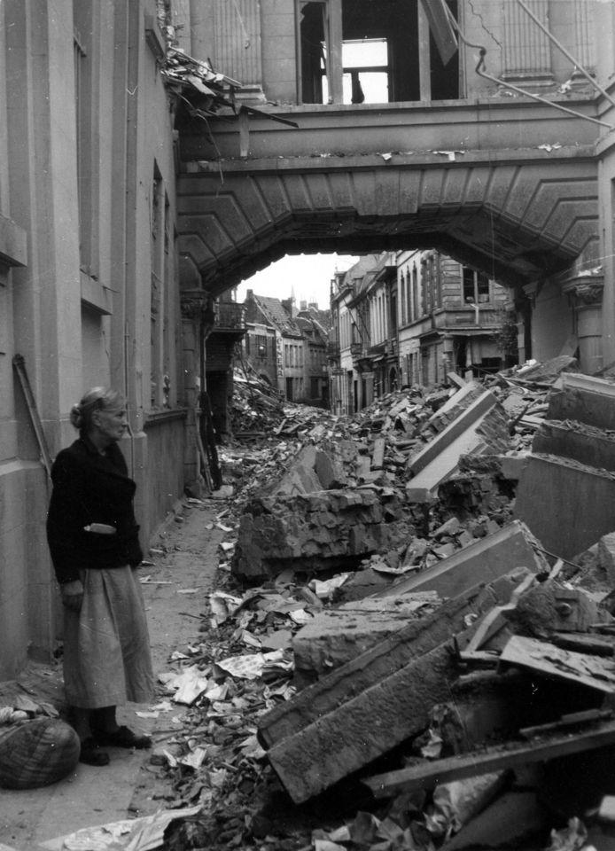 De Gouden Lanteern liep zware schade op na een bombardement tijdens de Tweede Wereldoorlog.