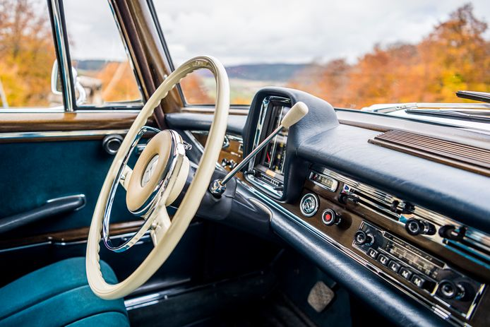 Decennialang het toppunt van luxe: een radio ingebouwd in het dashboard van een auto. Foto Mercedes