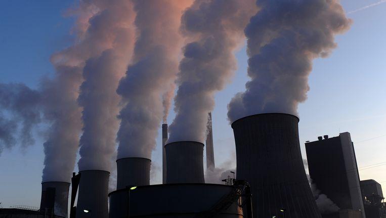 Rook stijgt op uit de schoorstenen van een energiecentrale in Gelsenkirchen in Duitsland. Beeld AFP