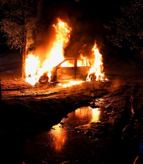 Auto brandt compleet uit in bossen Steensel