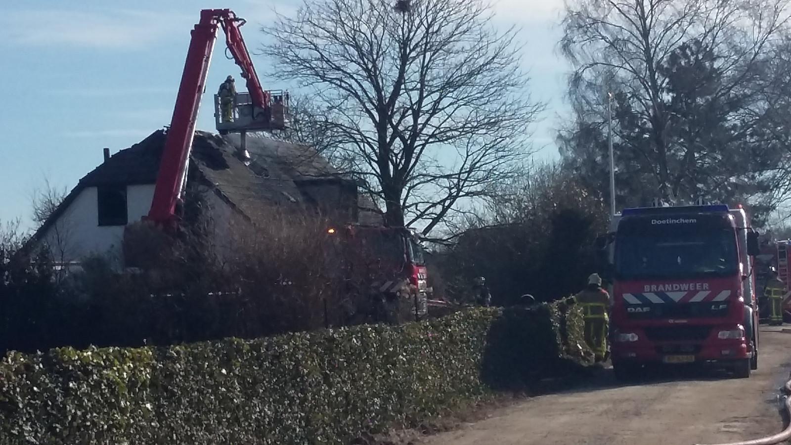 De brandweer in actie tijdens de woningbrand, zondag in Kilder.