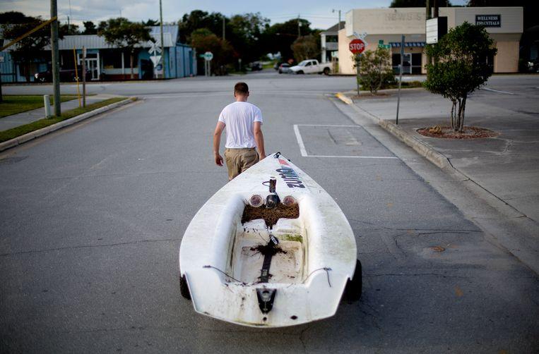 Emmett West brengt zijn bootje in veiligheid in Morehead City, North Carolina. Beeld AP