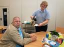 Jos van Ginneken (rechts) schenkt op donderdagochtend koffie bij het Leger des Heils.