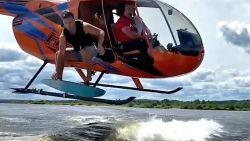 Kijk hoe surfer vanuit helikopter op golf springt