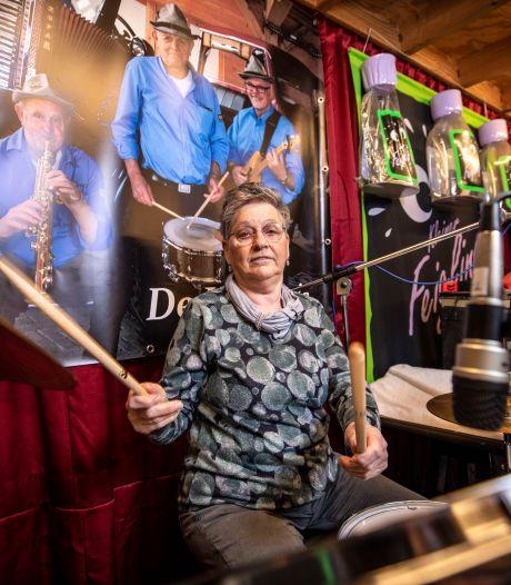 Dik in de 70, maar Betsie uit Langeveen drumt gestaag door: 'De één koopt een rollator, ik een drumstel'