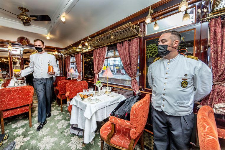 Een van de restaurants aan boord van de Oriënt Express. 'Sommige mensen moeten er net een beetje langer voor sparen.' Beeld Jean-Pierre Jans