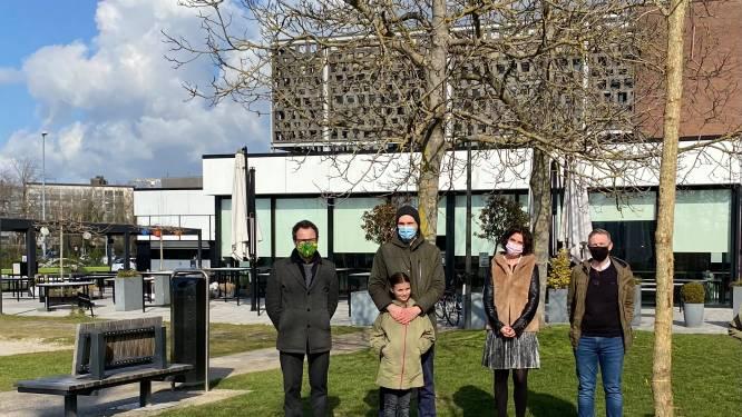 Basisschool De Hazelaar en Stad Hasselt planten bomen voor overleden juf en mama in Stadspark