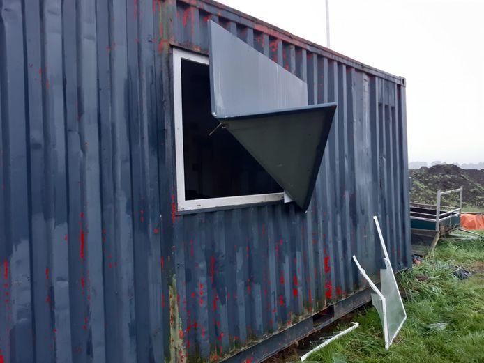 De opengebroken container op de Kasteelweide.