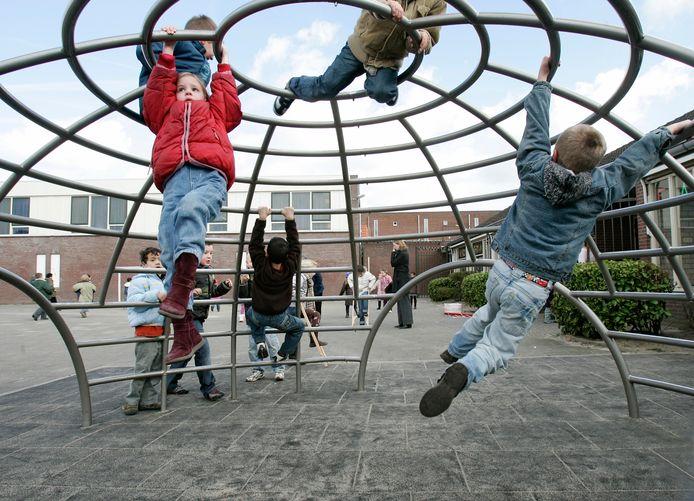 Kinderen spelen op het schoolplein van de W.G. van de Hulstschool in Utrecht, tijdens de viering van het 150-jarig bestaan in 2008.