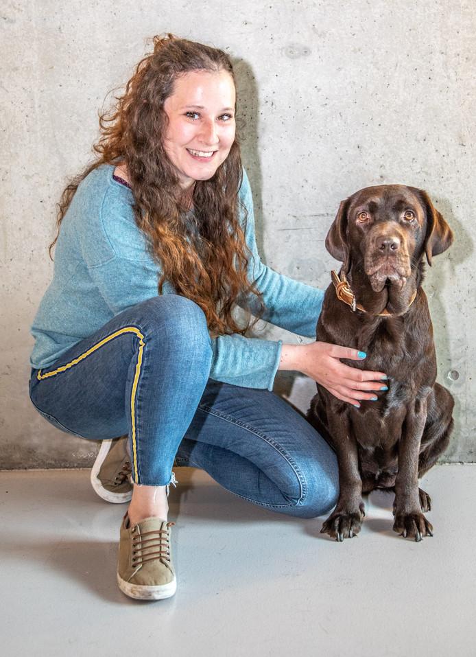 Melissa Mesritz uit Zwolle is vanwege psychische problemen afhankelijk van hulphond Blitz. Die hond mocht lang niet mee de supermarkt in, omdat ze niet officieel een hulphond was.