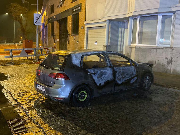 Een auto brandde uit in de Heirbaan in Mortsel.