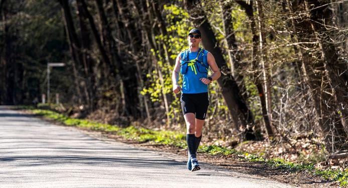 Jeroen Laarveld loopt zijn eigen solo marathon. De route voerde onder meer door Buurse, Haaksbergen, de Hoeve, Beckum en Boekelo.